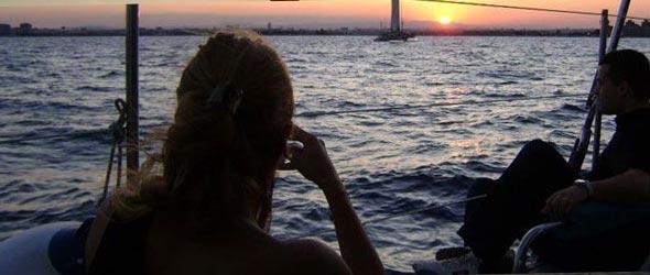Puesta de sol en catamarán de vela desde Málaga.