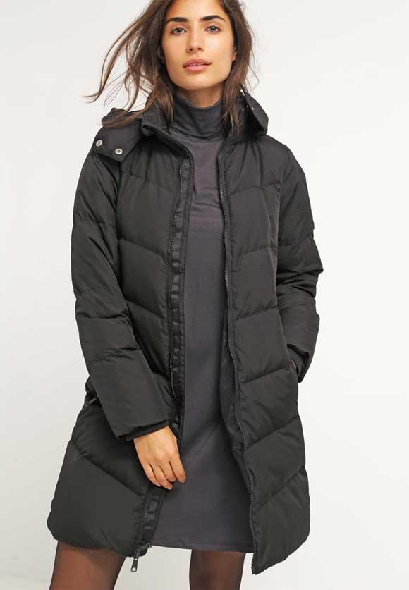 Abrigo-GAP-de-plumas---true-black-con-un-20%-de-descuento